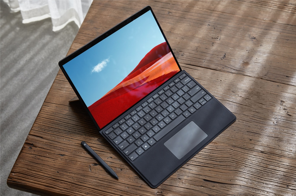 Surface Pro X met Surface Slim  PenXXXXPro X Signature keyboard op een bureau
