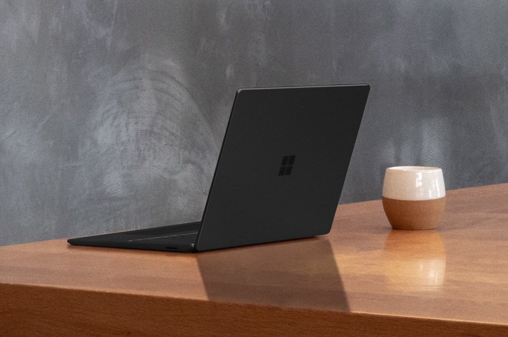 15 inch Surface Laptop 3 in matzwart op een tafel
