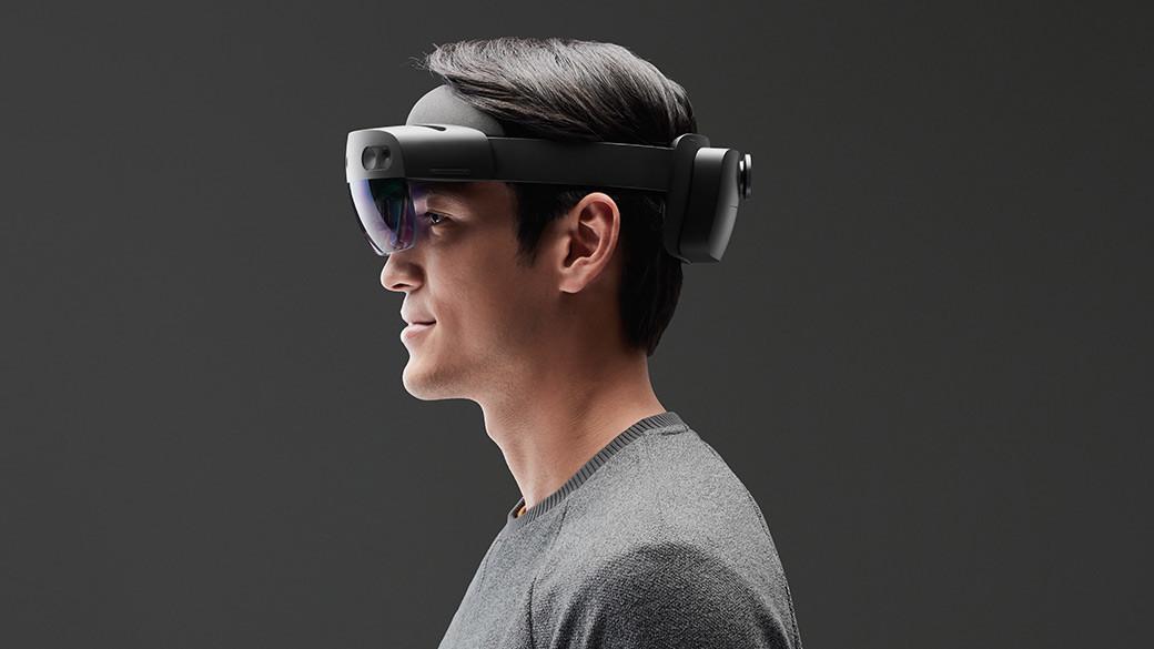 HoloLens 2 ヘッドセット装着している男性のプロフィール