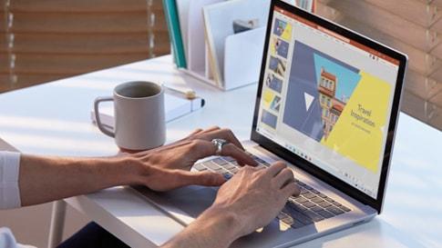 兩個女人坐在餐桌邊,前方擺著 Surface Laptop 3
