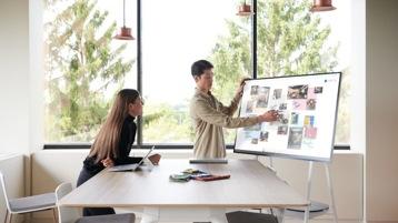 Ein Team arbeitet gemeinsam an einem Surface Hub