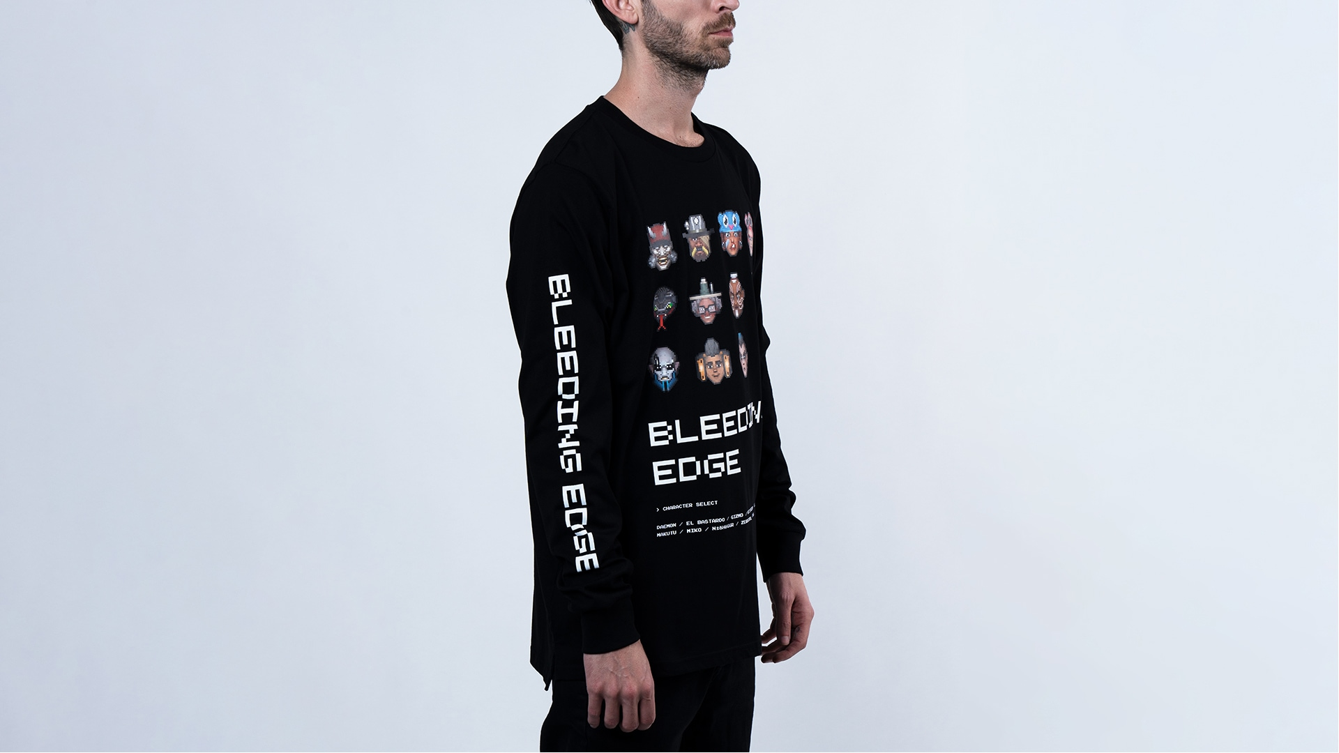 Un homme portant le t-shirt à manches longues Bleeding Edge 8-Bit