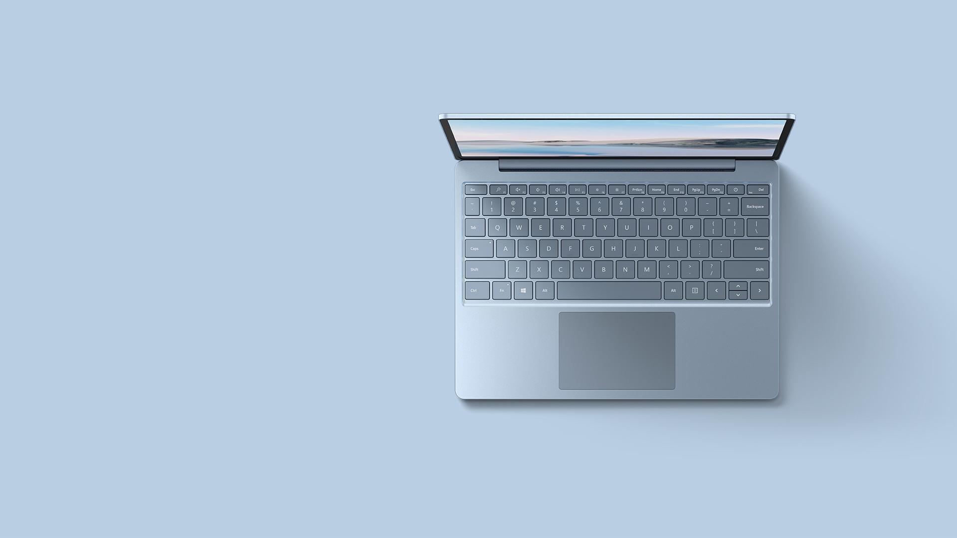 Eine Luftaufnahme des Surface Laptop Go in Eisblau vor einem passenden Hintergrund.