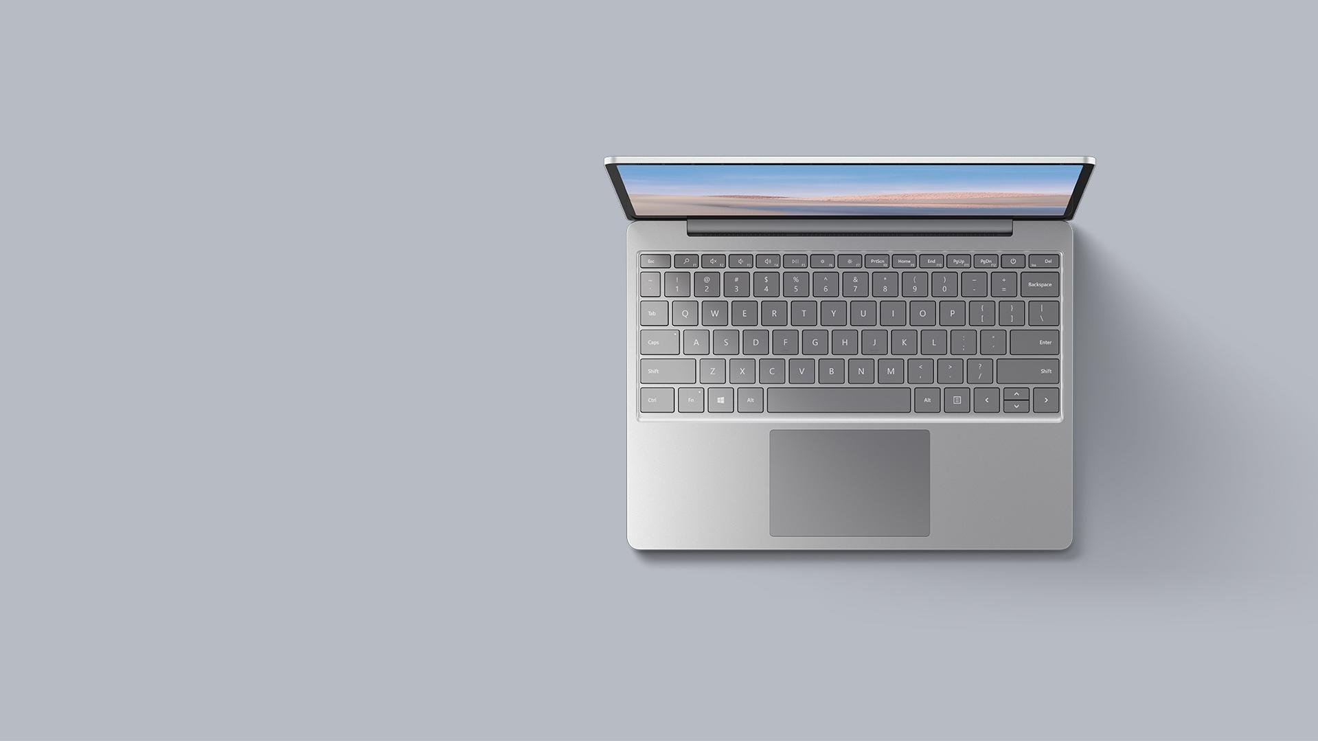Eine Luftaufnahme des Surface Laptop Go in Platin vor einem passenden Hintergrund.