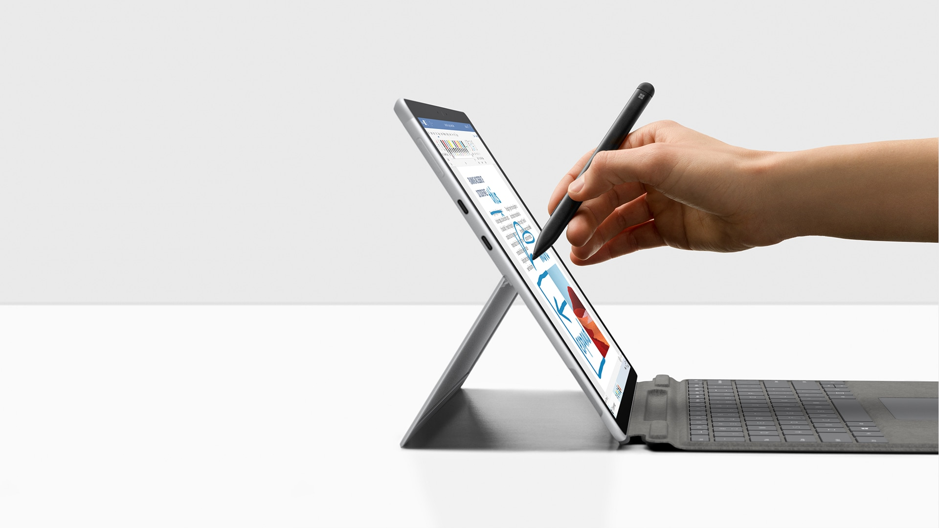 Surface Pro X nel colore Platino con Surface Slim Pen