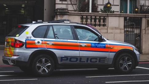 Un'auto della polizia per strada