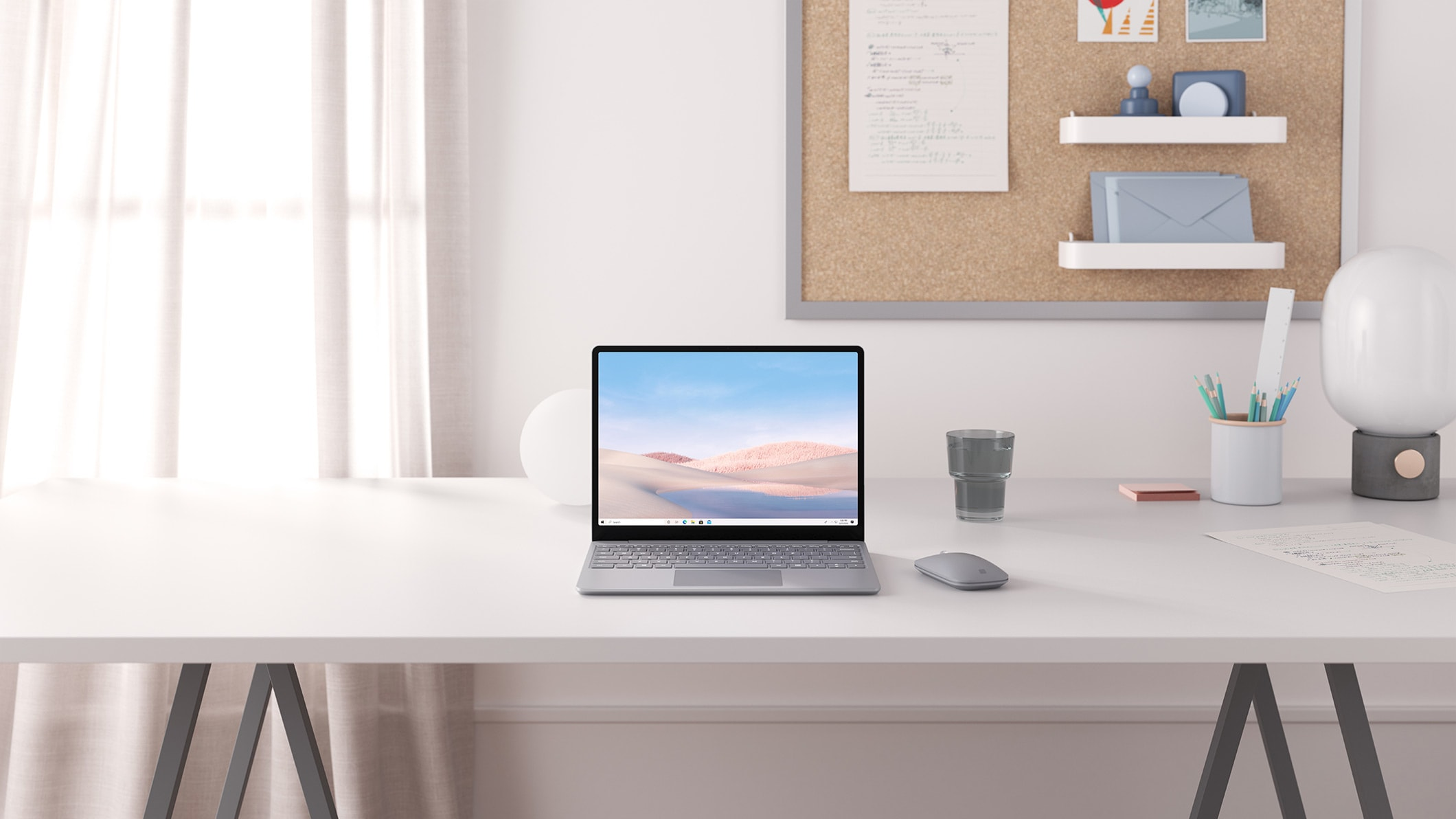 Platina Surface Laptop Go op een bureau