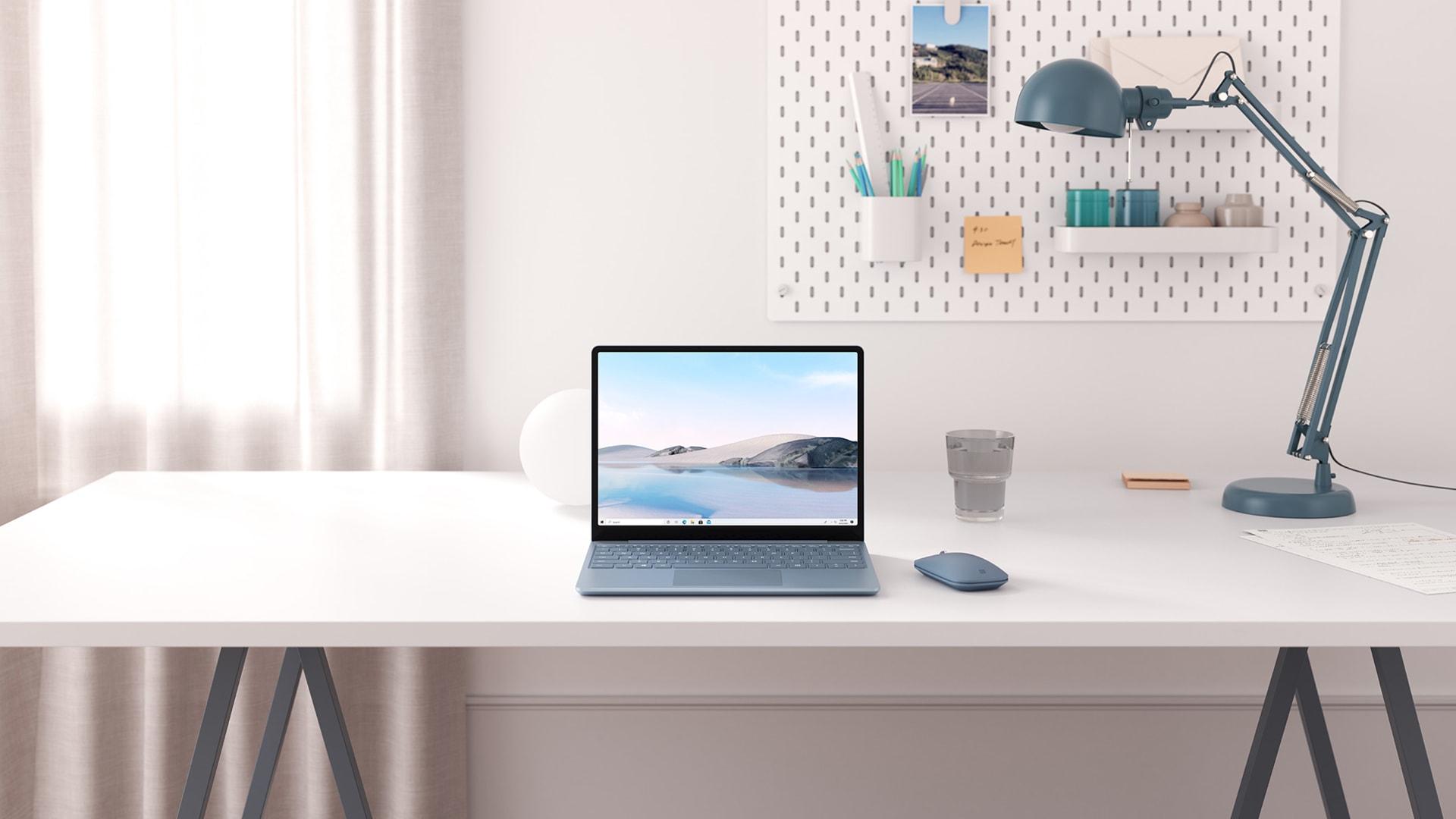 Surface Laptop Go in Eisblau auf einem Schreibtisch