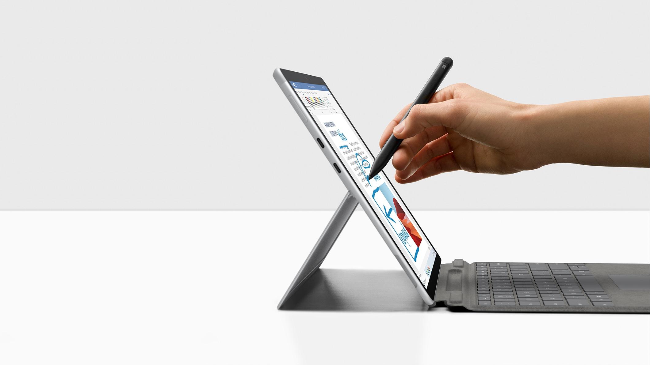 配备 Surface 超薄触控笔的亮铂金 Surface Pro X