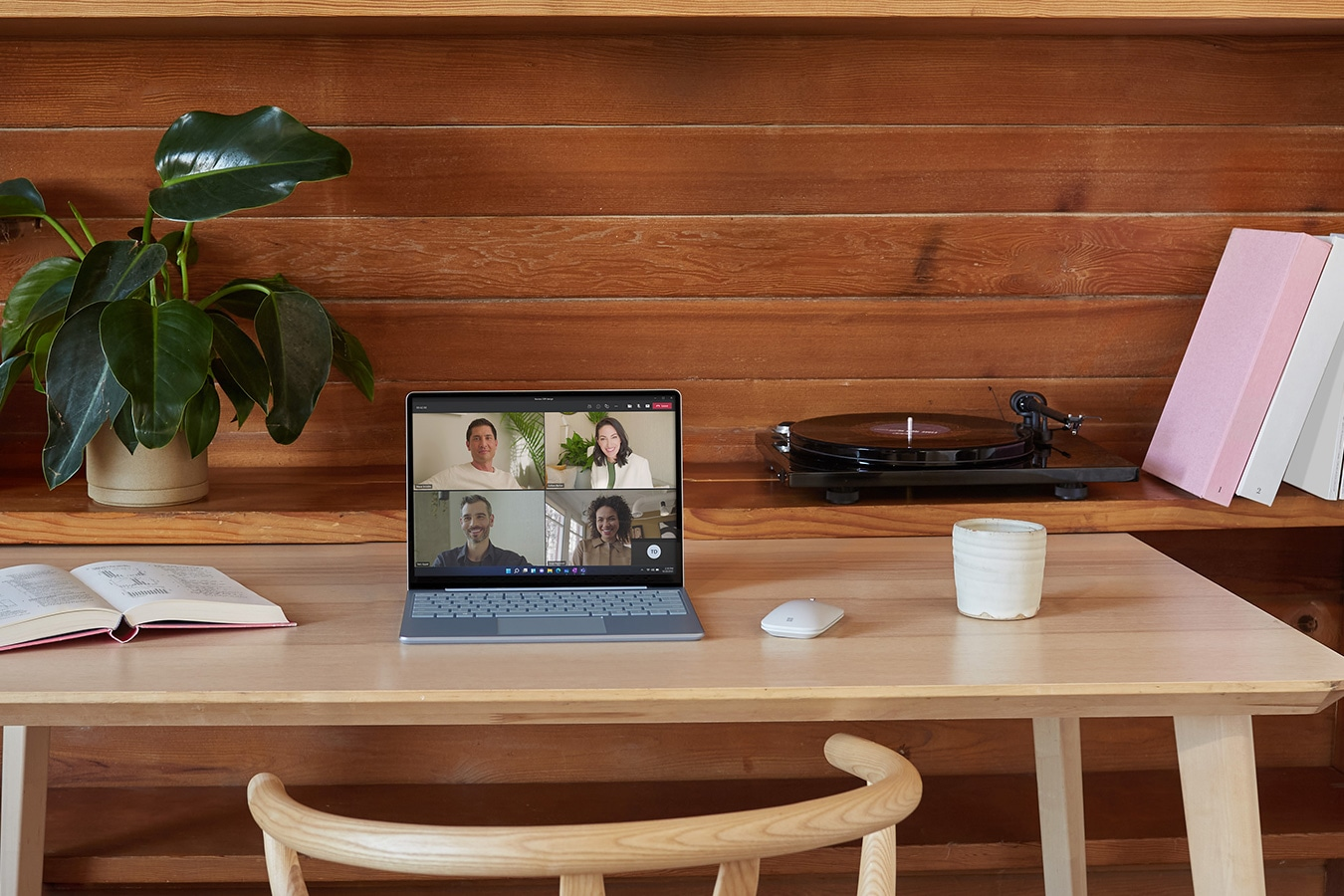 デスク上の Surface Laptop Go