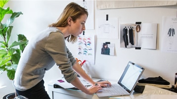 Kobiety pracują na laptopie, stojąc