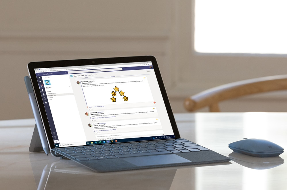 Surface 펜, Surface Mobile 마우스와 함께 탁자 위에 놓여 있는 Surface Go 2