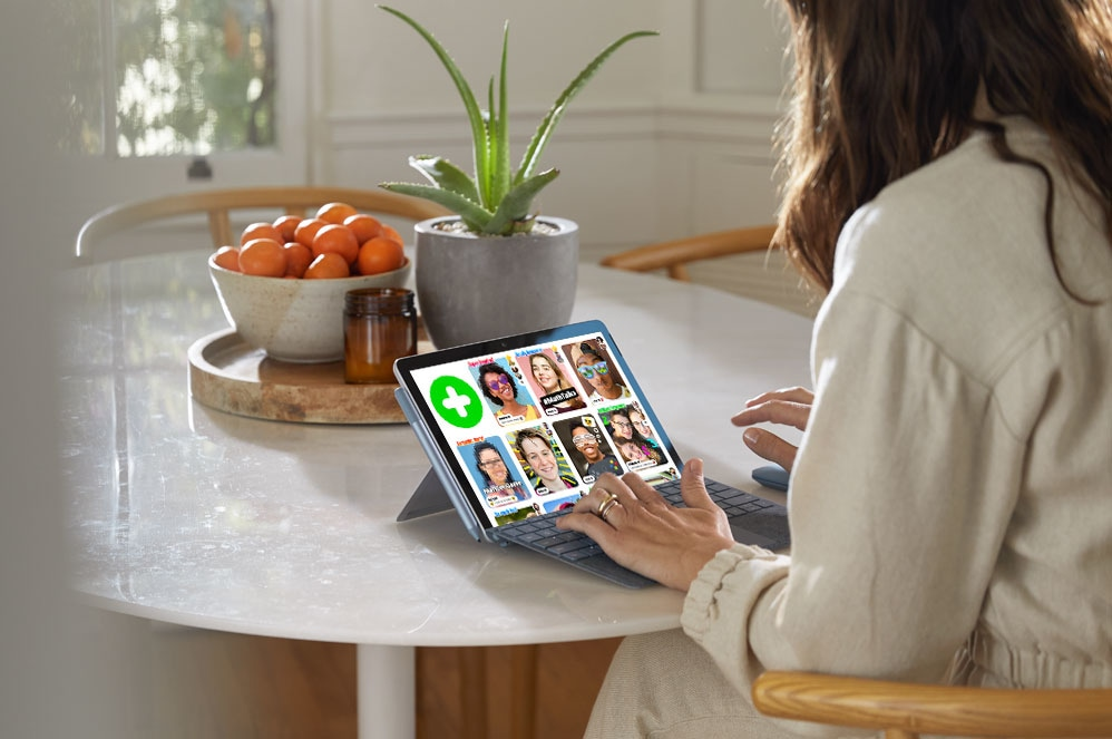Flipgrid를 보면서 Surface Go 2로 작업 중인 사람