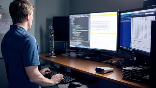 Hombre mirando pantallas de ordenador