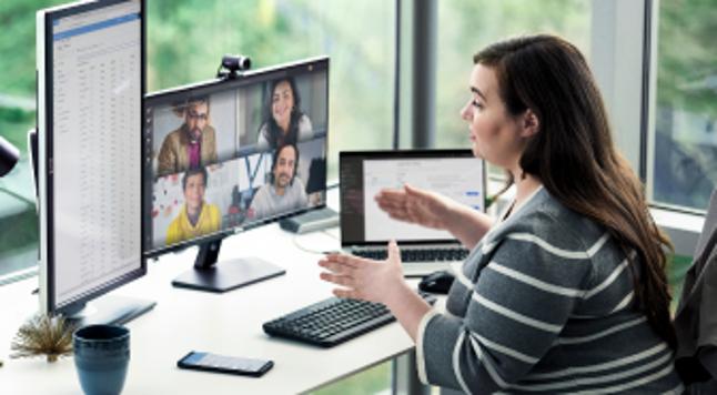 Женщины смотрят на компьютер