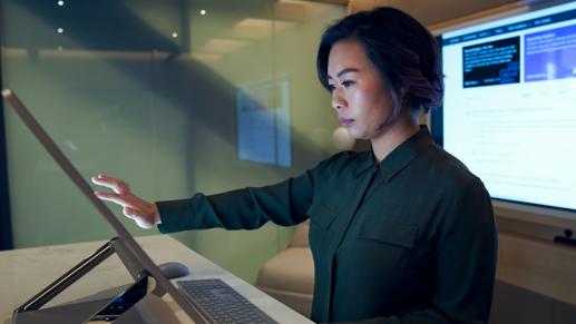 Mujeres trabajando en un ordenador táctil