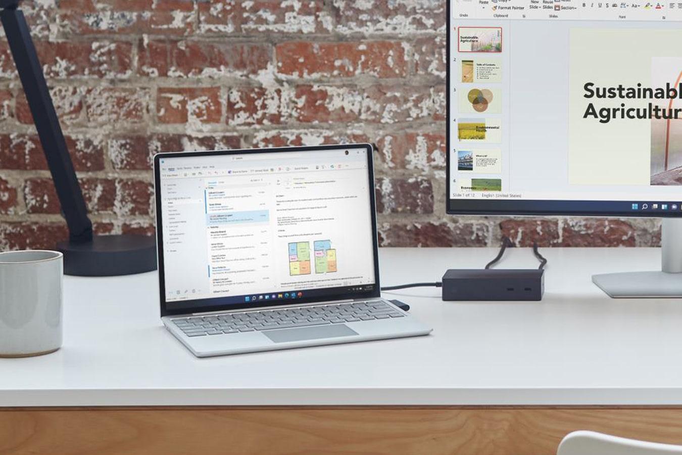 Surface Laptop Go auf einem Schreibtisch und an einen externen Monitor angeschlossen