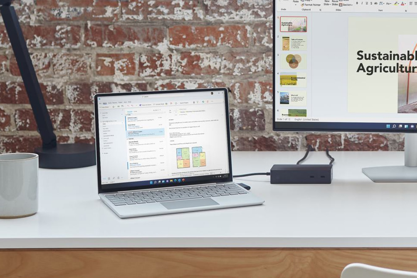 Surface Laptop Go على مكتب ومتصل بشاشة خارجية