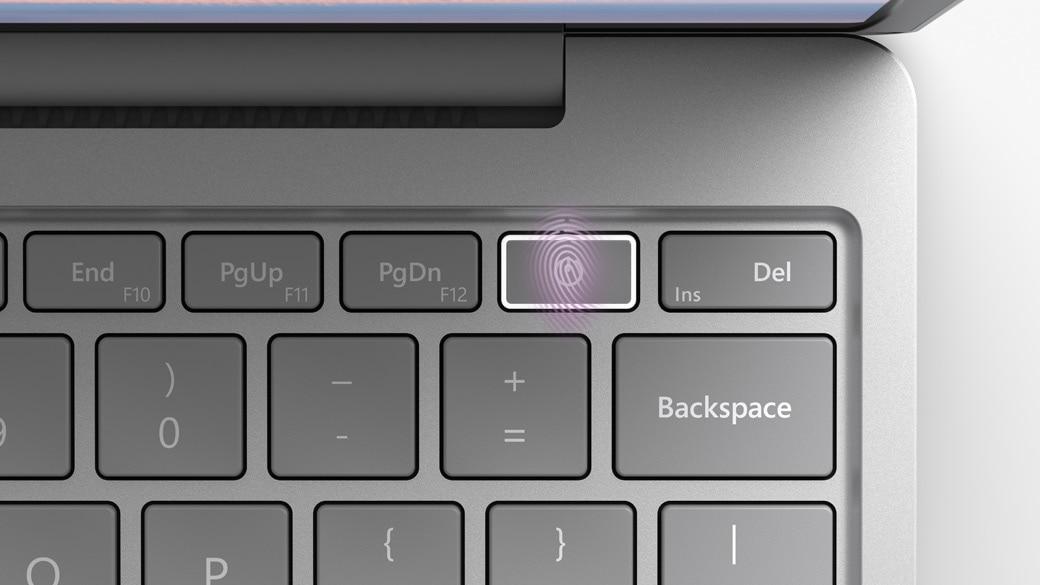 صورة قريبة لزر الطاقة ببصمة الإصبع على Surface Laptop Go
