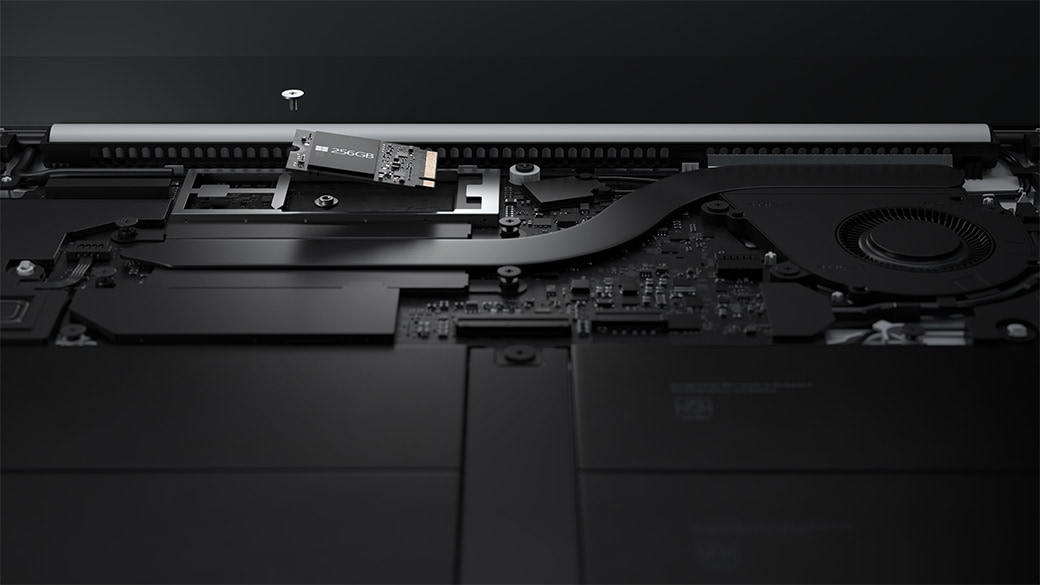 Primo piano del disco rigido rimovibile di Surface Laptop Go