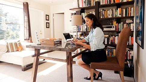 Una mujer de negocios trabajando en un portátil