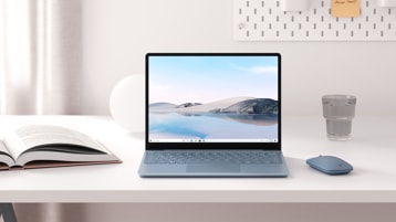 Dispositivo Surface Laptop Go aperto su una scrivania.