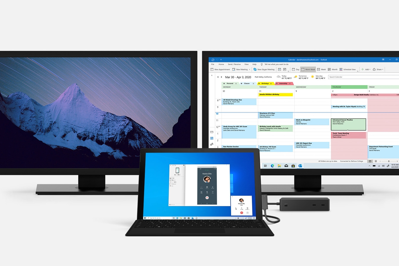 Un computer Surface Pro 7 e Surface Dock 2 connessi a diversi monitor di grandi dimensioni