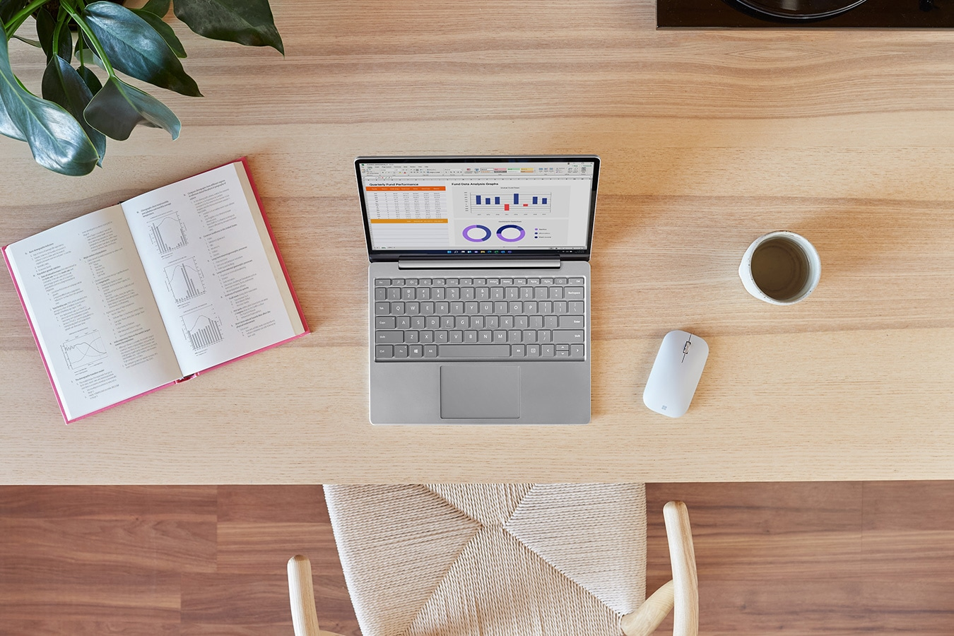 Surface Laptop Go su una scrivania con Surface Mobile Mouse
