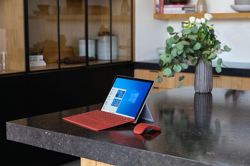 جهاز Surface Pro 7 على طاولة مع غطاء Type Cover وماوس Arc Mouse