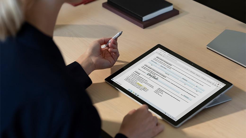 一個人在工作室模式的 Surface Pro 7 上使用 Surface 觸控筆
