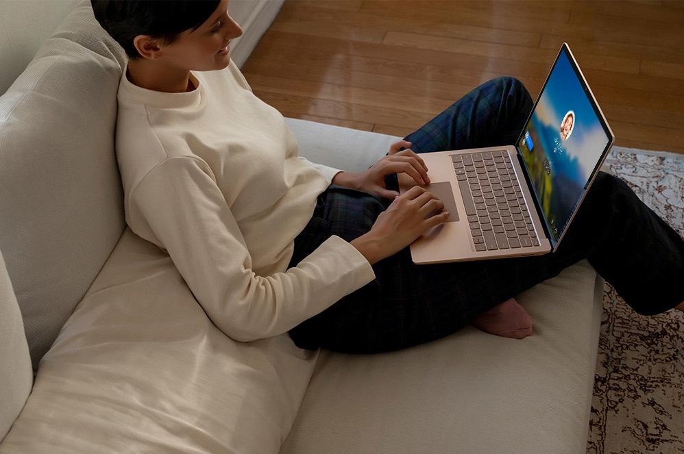 有人使用 Surface Laptop 3 上的軌跡板