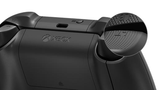 Parte posterior del control inalámbrico Xbox + cable USB-C® con un primer plano de los disparadores texturizados