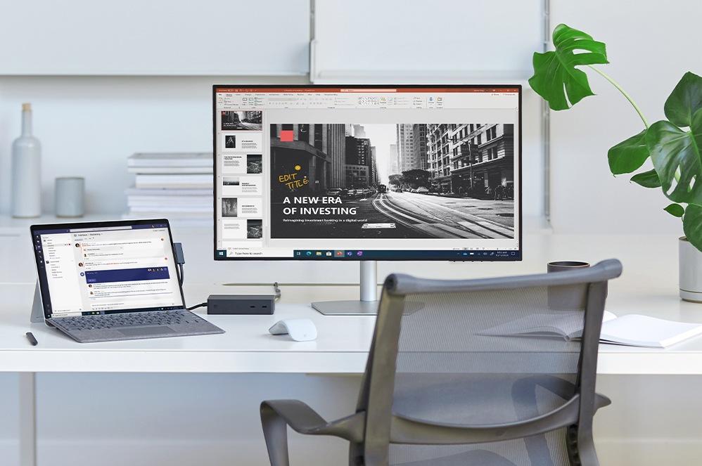 SurfaceProX connectée à une station d'accueil Surface projetant une présentation PowerPoint sur l'écran tout en gardant Teams ouvert sur l'appareil.