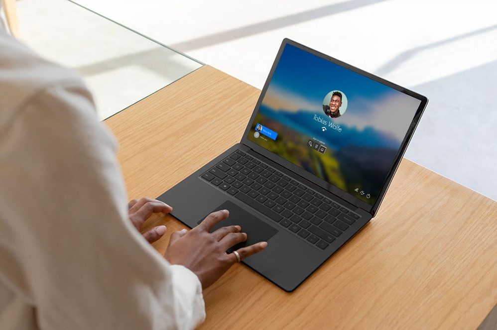Person, der bruger trackpad på Surface Laptop 3