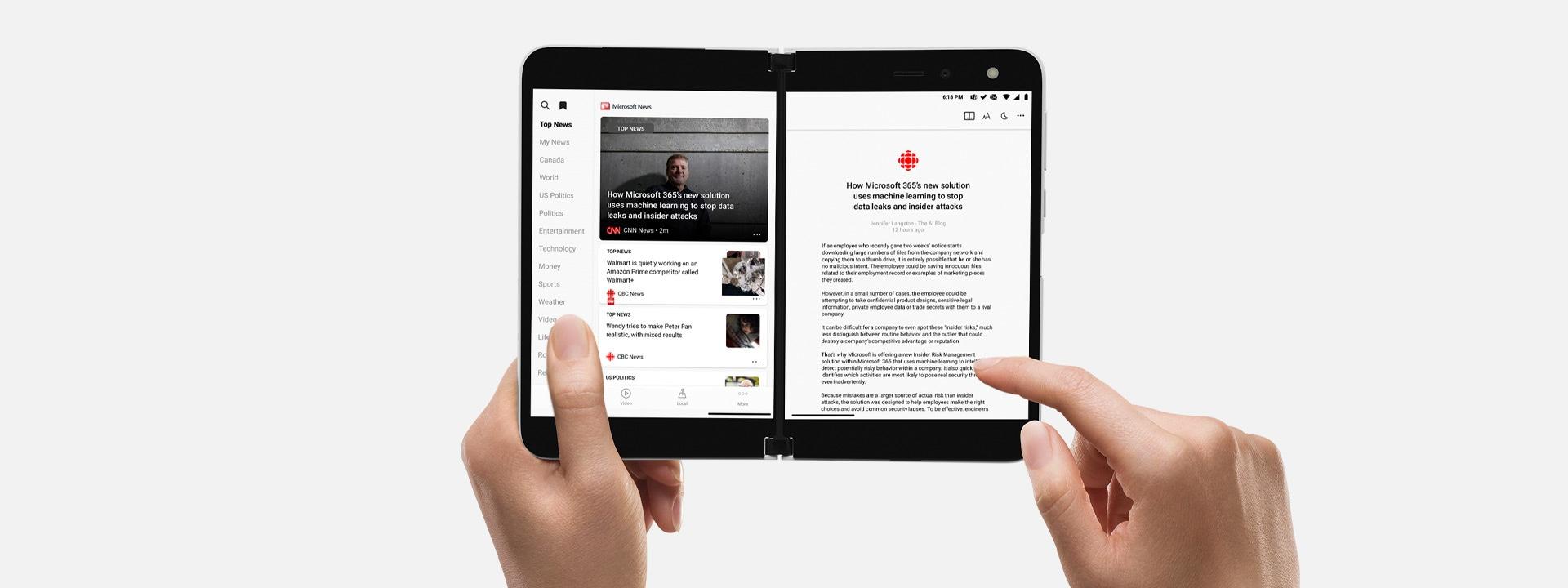 Een persoon gebruikt touch om door content te scrollen op een Surface Duo