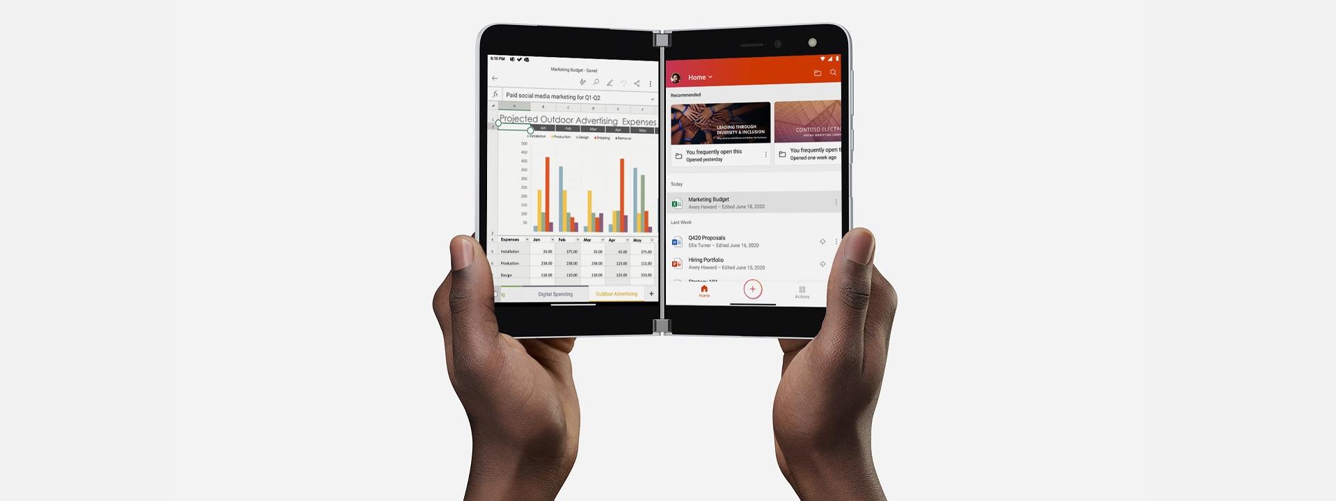 Twee handen houden de twee schermen van een Surface Duo open om Excel weer te geven