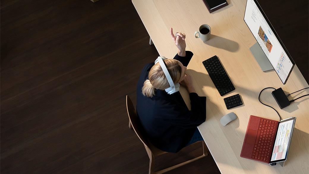 桌上的 Surface Pro 7 透過 Surface 基座 2 連接多個配件和螢幕
