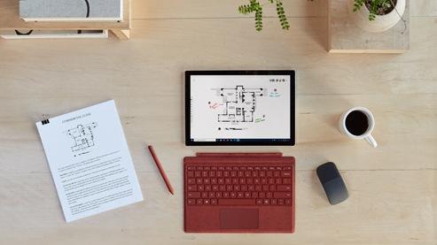 Draufsicht des Surface Pro 7+ auf einem Schreibtisch umgeben von Zubehör