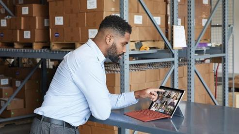 Eine Person interagiert in einer virtuellen Besprechung mit ihrem Surface Pro 7+