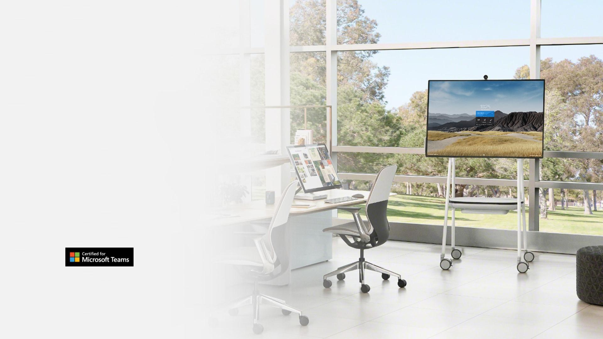 Surface Hub 2S dalam saiz 50 inci sedang ditunjukkan di dalam persekitaran pejabat