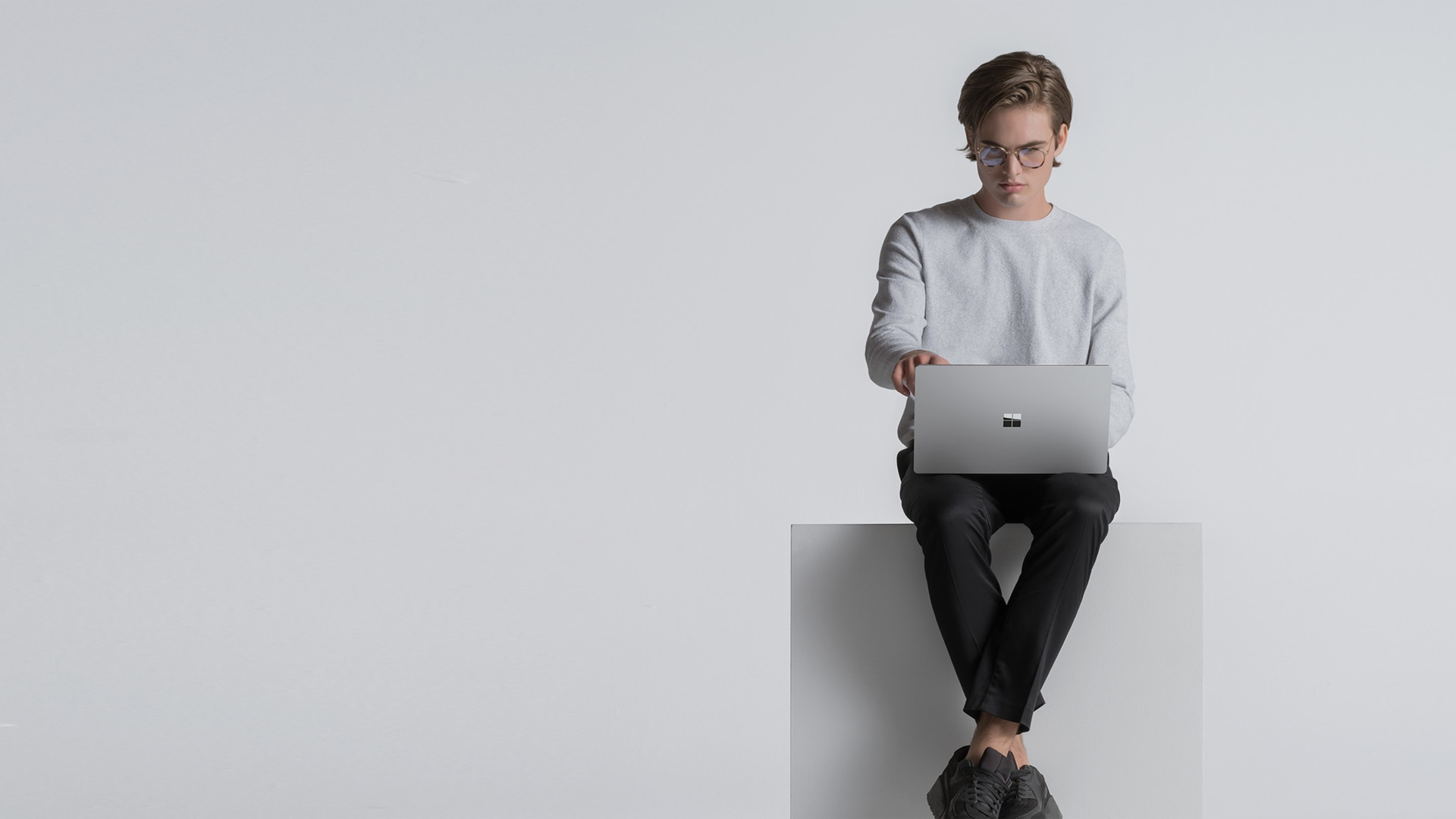 Person som skriver på platinafarget Surface Laptop 4