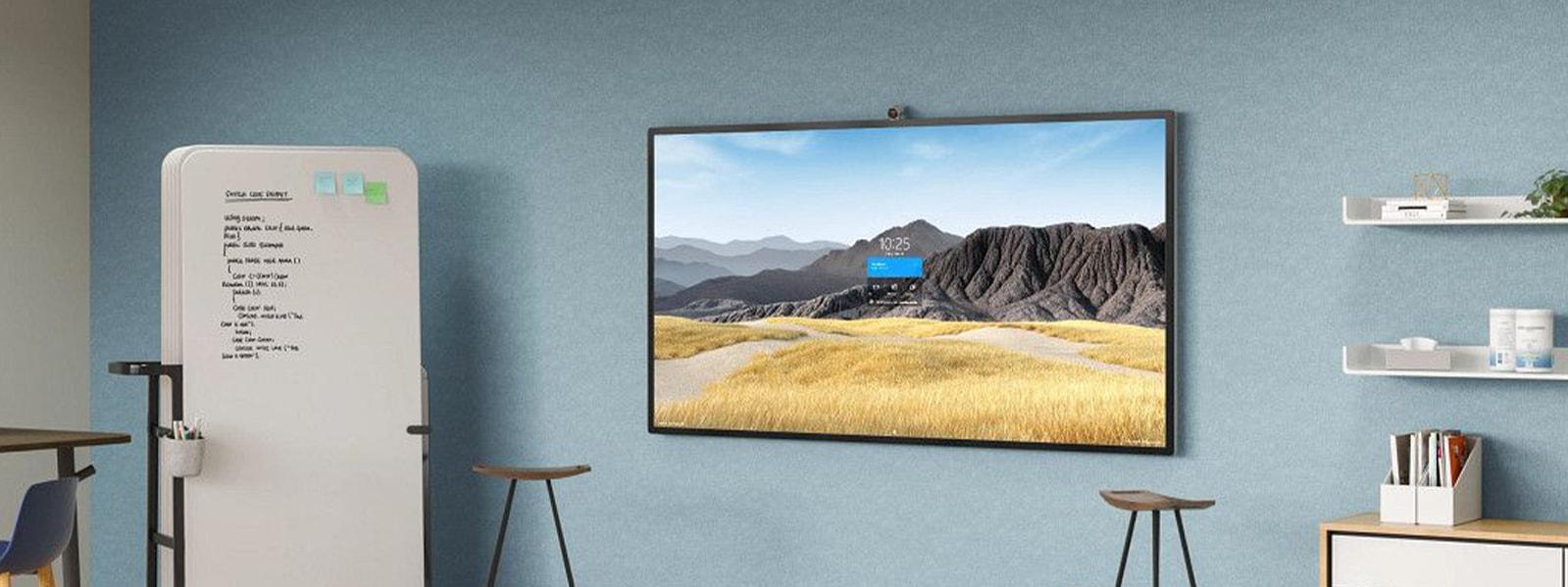 Un Surface HUB 2S 85'' sur le support mural dans un bureau.