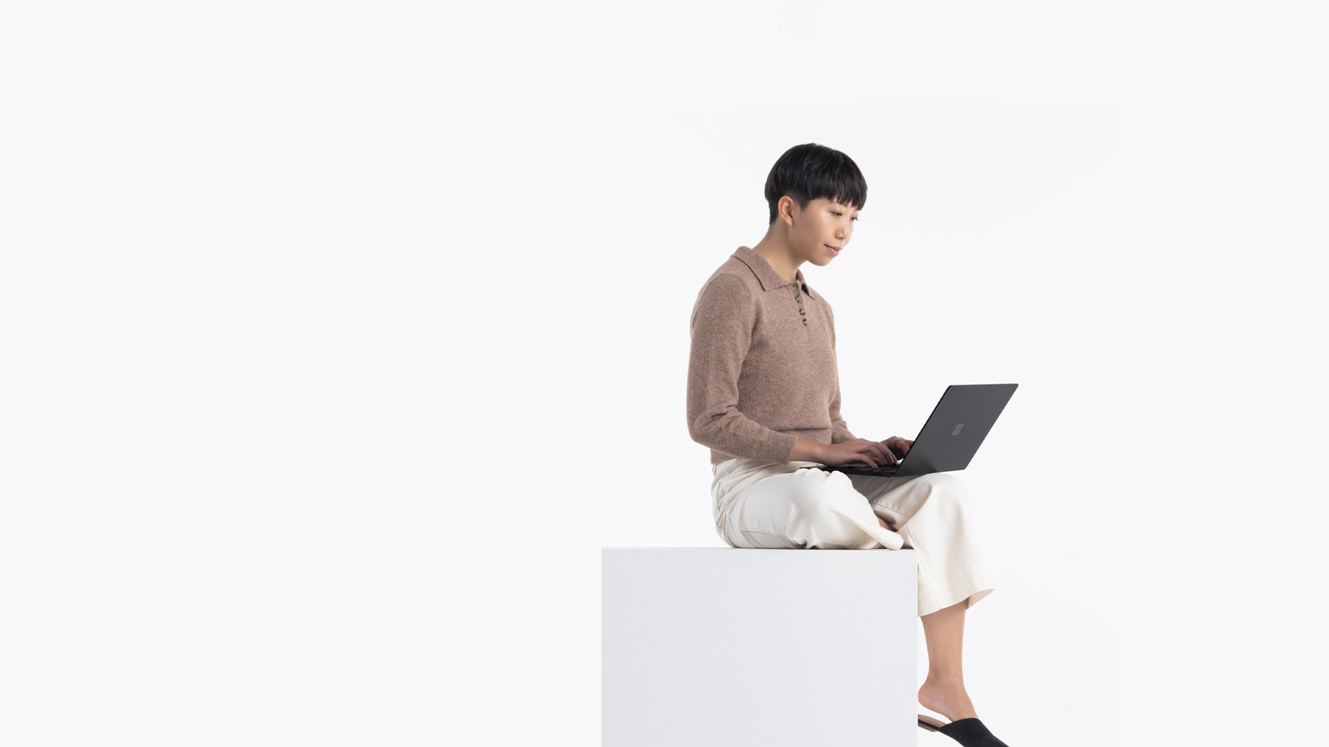 Person, der skriver på matsort Surface Laptop 4