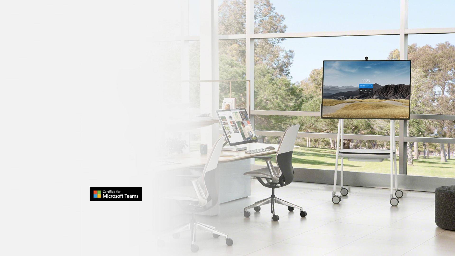 جهاز Surface Hub 2S بشاشة حجم 50 بوصة معروض في بيئة مكتبية