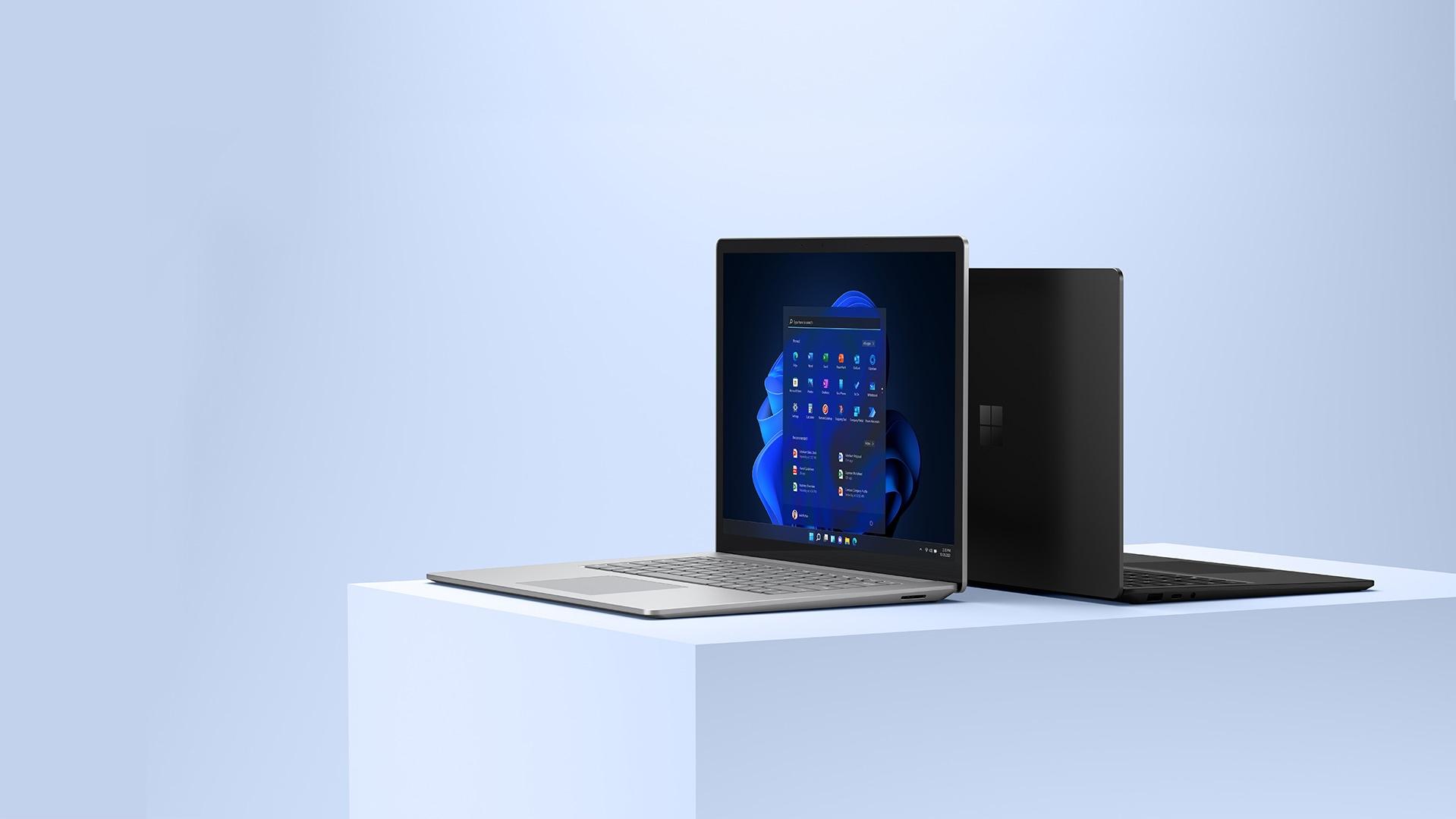 SurfaceLaptop 4 mit 15-Zoll in Platin mit Bildschirm, der nach Außen zeigt. SurfaceLaptop 4 mit 13,5-Zoll in Schwarz Rücken an Rücken mit 15-Zoll-Modell