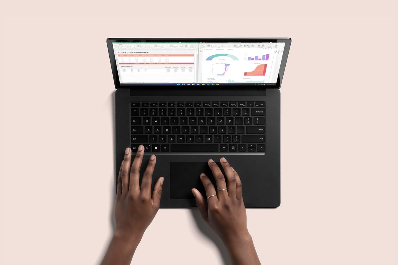 Ansicht eines Surface Laptop 4 in Schwarz von oben, zwei Hände tippen auf der Tastatur