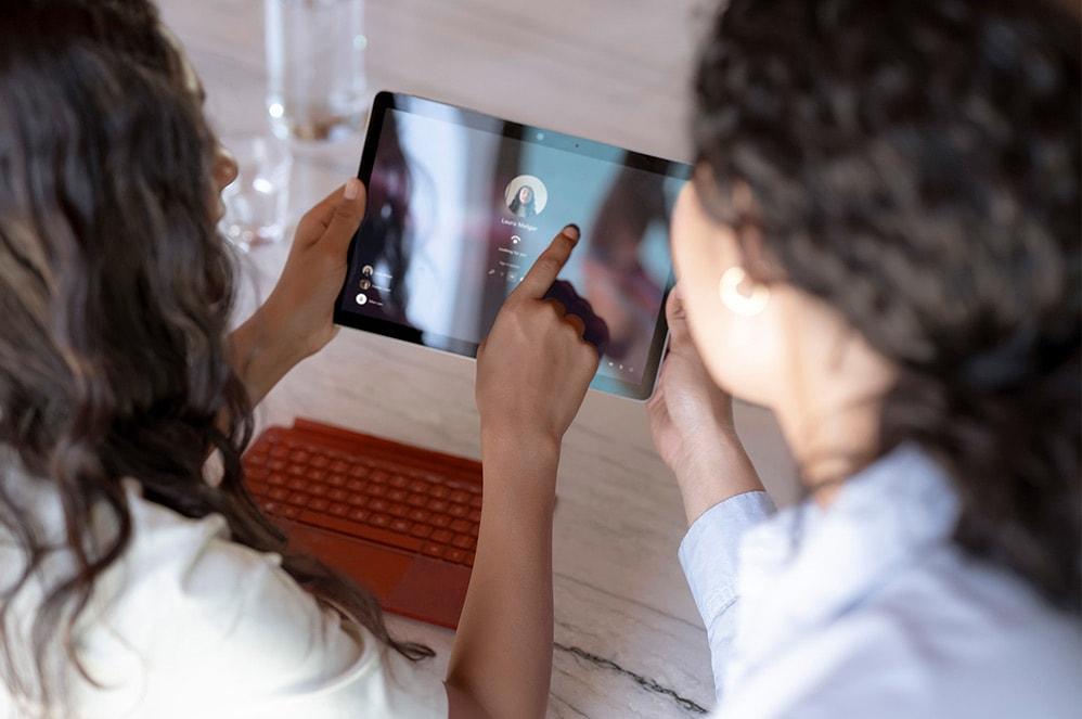 Parent et enfant se connectant au profil de l'enfant sur une SurfaceGo3 en mode tablette.