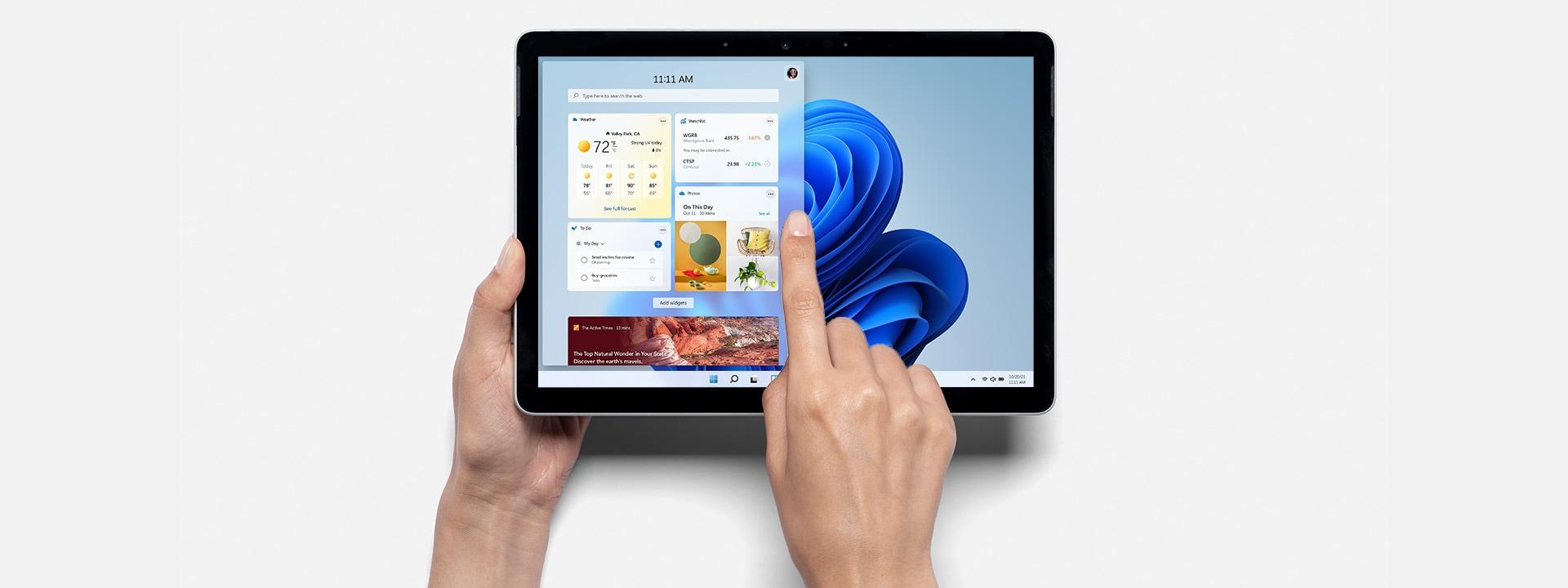 Personne utilisant une SurfaceGo3 sous forme de tablette affichant Windows11.