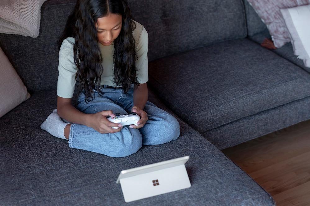 Enfant jouant sur une SurfaceGo3 en mode pied multiposition intégré.