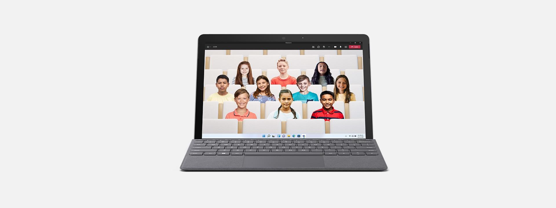 SurfaceGo3 sous forme d'ordinateur portable affichant une configuration Teams en classe.